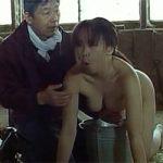 【搾乳】2003年公開の映画「夜明けの牛」本物の牛と並んで乳しぼられる巨乳の女の子wwwwwww