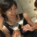 【多分、女子会】カクテルグラスに注がれたザーメンを仲良く飲みつつ談笑する女性達wwww