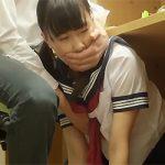 【ここでオナニーしてみろよ】図書館で勉強する彼氏の足元でオナニーさせられる黒髪JK!【ホッ、ホナニーですかぁ!?】