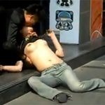 【スマホ撮り】酔っ払って繁華街の路上で彼女のおっぱいに吸い付く男wwwwwww