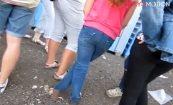 【ステップ踏んでる】フェス会場のトイレでおしっこ我慢してる女の子を盗撮wwwwww