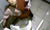 【コンビニトイレ盗撮動画】セブンイレブンでションベン姿を覗かれ、最悪な気分になってしまったバイトの女の子・・・