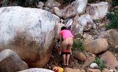 【盗撮動画】河原の岩陰で着替える女の子、隠し撮りされてしまう・・・・