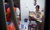 【大学女子寮盗撮動画】パンツ姿で茹でトウモロコシに噛り付く女の子