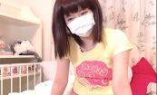 【ライブチャットエロ動画】ウィッグとマスクで身バレ防止に努める女の子