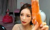 【ライブチャットエロ動画】「今から人参食べるよ!(性的な意味で)」な放送をする韓国のチャットレディー