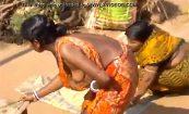 【インドの街角にて】ほぼおっぱい丸出しみたいな格好で洗濯する田舎娘