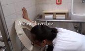 【オイオイオイ】公衆便所の便器を舐め、排泄後と思わしき水でうがいするマジキチ性奴隷wwwww(動画有り)【死ぬわアイツ】
