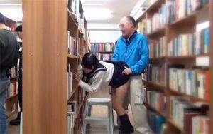 【エロ動画】図書館でセックスしてるハゲオヤジとJK