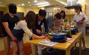 【マジキチ】料理教室が何故か乱交現場に!?人参を切る男性の横でチンチンを挿入される女性wwww