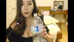 【ライブチャットエロ動画】2ℓペットボトルを直で飲むタイプの大雑把なお姉さん