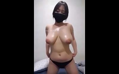 【ライブチャットエロ動画】垂れ爆乳の破壊力が半端ねえ黒マスク女子のエロ配信!