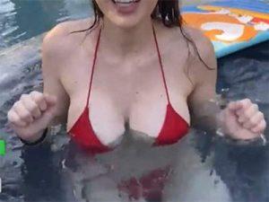 【Twitch】ボンキュボンなお姉さんがプール配信中に乳首ポロリ!!